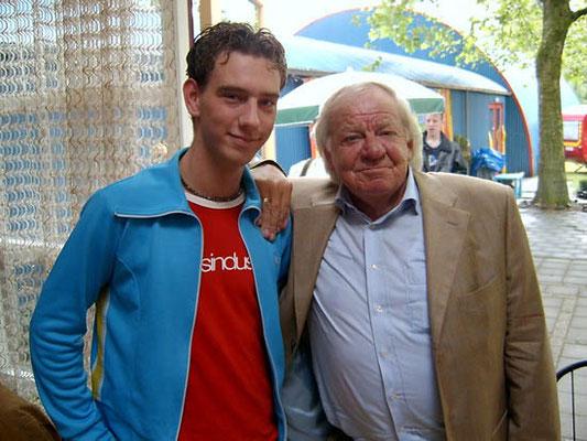 Jan van Gorsselen met Adriaan tijdens de opening van de B&A tentoonstelling in Dieren in 2003.