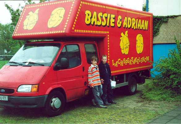 Bardo Ellens en Thomas Legebeke op 5 mei 2002 bij een voorstelling in sporthal Keizerslanden te Deventer.