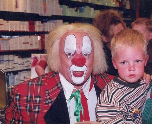 Thomas Legebeke met Bassie in 1996 in een parfumeriezaak in Deventer.