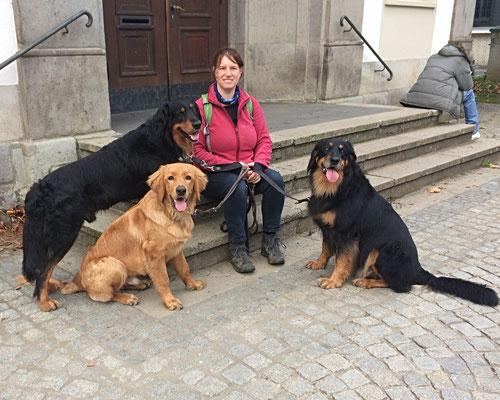Vor dem Rathaus mit Bakis Züchterin und Annabelle