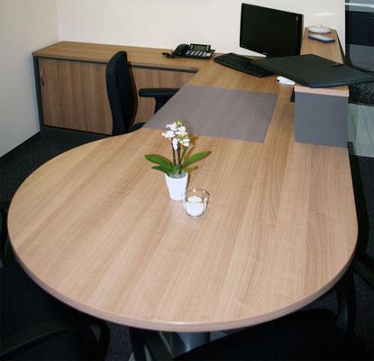 Arbeitszimmer mit Freiformtischplatte