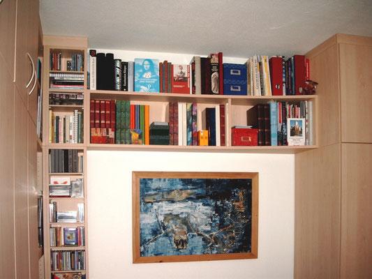 Bücherwand über Sitzgarnitur