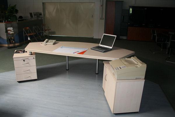 Ausstellungsstück Schreibtischeinheit mit Schubladen- und Flachansatz für CPU und Drucker Oberfläche Ahorn hell Tischgröße 2.500x1.000x720 – Tischplatte Sandwich d=46mm schwebend // Listenpreis € 4.019.-- // Sonderpreis € 1.650.--