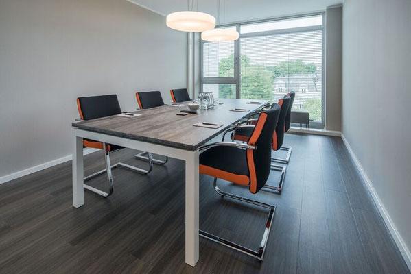 Konferenztisch mit schwebender Tischplatte Konferenzsessel (Freischwinger) mit farbigen Stegen - Lieferbar in jeder anderen Abmessung, Ausführung und Oberfläche