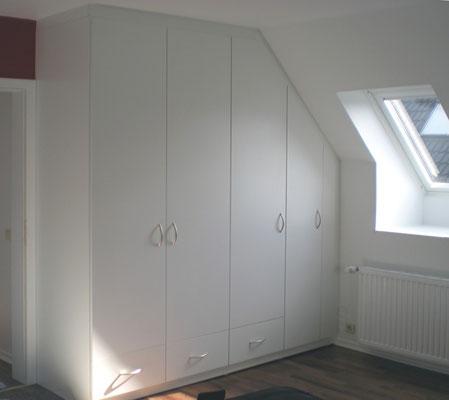Dachschrägenschrank im Schlafzimmer mit Sockelschubladen