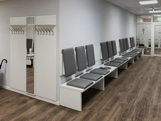 Modern eingerichteter Wartebereich mit Sitzbank und Garderobenteil - Lieferbar in jeder anderen Abmessung, Ausführung und Oberfläche