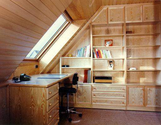 Kinderzimmer mit Arbeitsplatz im Dachgeschoß