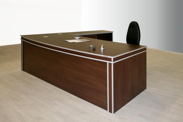 Kompakte Schreibtischanlage mit zierstreifen in Niro