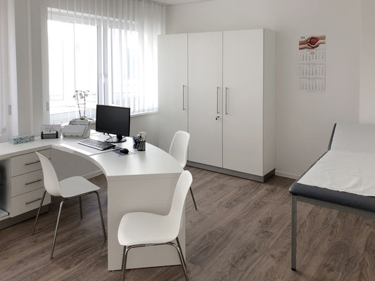 Sprechzimmer Gestaltung mit halbrunden Schreibtisch und anschließender Flachstrecke - Lieferbar in jeder anderen Abmessung, Ausführung und Oberfläche