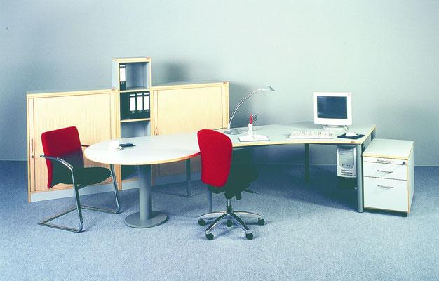 Schreibtischanlage mit Besprechungsansatz und Schrankkombination