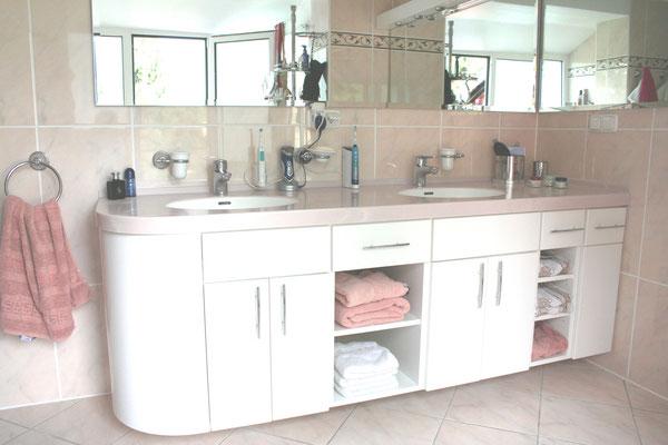 Schwebende Badezimmereinrichtung mit Mineralstoffabdeckung