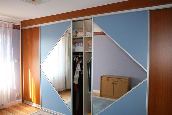 Schlafzimmerschrankwand mit Gleittür, Mittelteil mit Spiegel