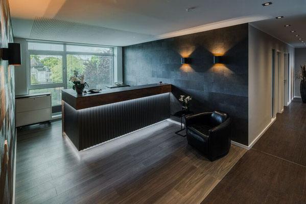 Moderne Tresenanlage mit Beleuchtung mit farblich abgestimmte rollbare Schrankeinheit. Lieferbar in jeder anderen Abmessung, Ausführung und Farbkombination möglich.