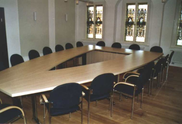 Konferenztischanlage mit offenen Mittelteil