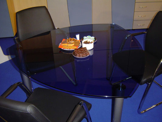 Glastisch in Blauglas