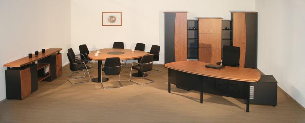 Komplettes Chefbüro mit Schreibtisch, Besprechungstisch Sideboard und Schrankanlage