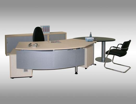Schreibtisch mit Besprechungsansatz Front mit Lochblechbeinabdeckung