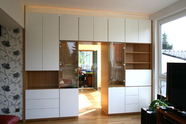 Wohnzimmerwand mit Barfach und Glasvitrinen