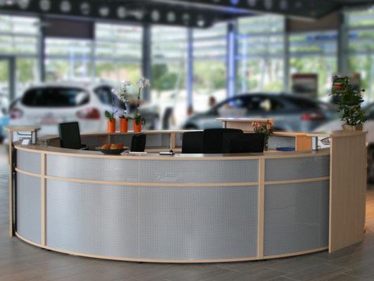 Rundtresen mit Info-Point in einem Autohaus