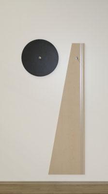 Optisch ansprechende Wandgarderobe im Sprechzimmer