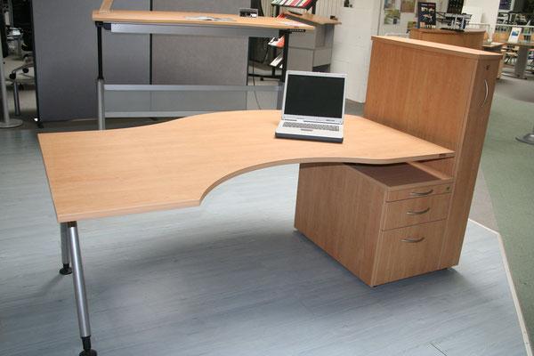 Ausstellungsstück, Freiformschreibtisch 2000x1100mm, Apfel, mit Standcontainer und Hochcontainer // Listenpreis € 2.088.-- // jetzt € 980.--