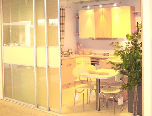 Küchenzeile mit Teilung durch eine Gleittüranlage
