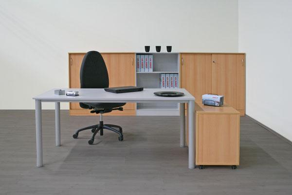 Einrichtung: Tisch 1600x800mm, Rollcontainer 1/3/3/3-800, 2 Schiebetürschränke 1200x3Omm H, 1 Regal 800x3Omm H, hochwertiger Drehstuhl (auch einzeln lieferbar) - Möbel in weiß, weißgrau, lichtgrau, beige (Vanille), Ahorn, Akazie, buche, Kirsche. Komplettp