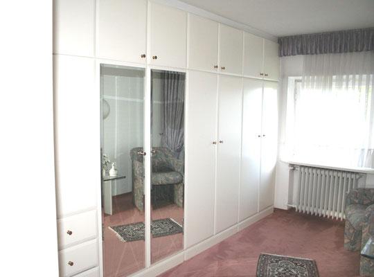 Schlafzimmerschrank im Einbettraum