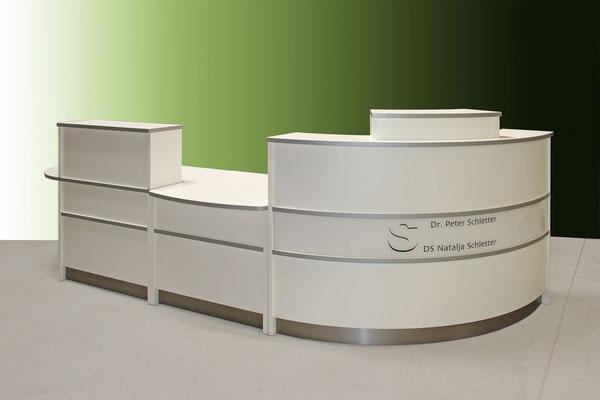 Arzttresen mit Monitoraufsatz – weiß – Zierleisten Edelstahl