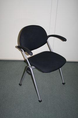 Design-Besucherstuhl schwarz mit Armlehnen – 4-Fuß-Gestell silber // Sonderpreis €155.--