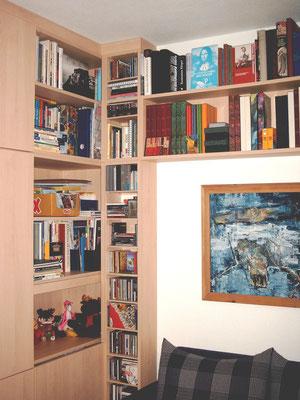 Bücherwand mit Überbau