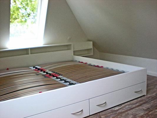 Doppelbett mit Rückenablage und Bodenschubladen