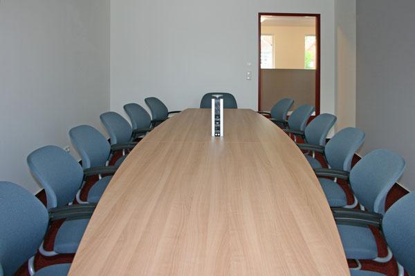 Konferenzanlage mit versenkbaren Strom/IT Port