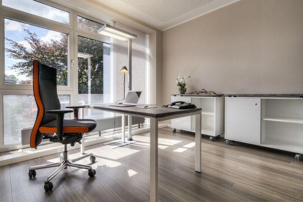 Schreibtisch höheneinstellbar mit schwebender Tischplatte. Rollbare Flachstrecke für Ordner und verschließbarer Personalteil. Lieferbar in jeder anderen Abmessung, Ausführung und Farbkombination möglich.