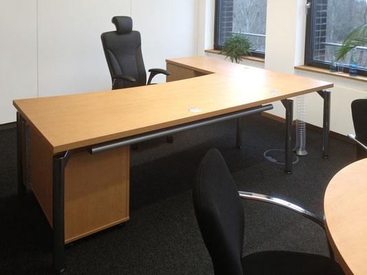 Tischanlage – freischwebend mit Schrankansatz