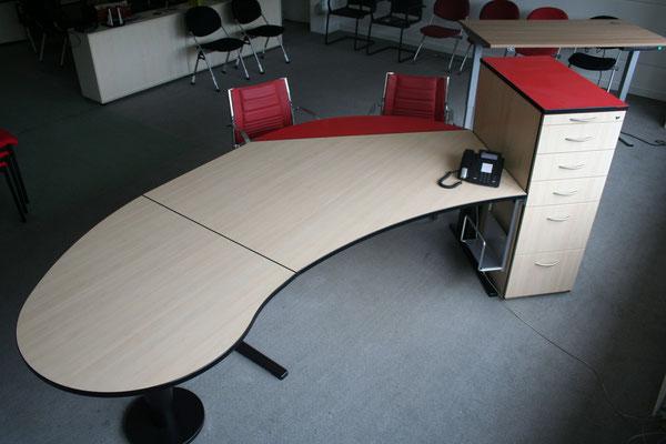 Ausstellungsstück, Schreibtischkombination ca. 2600x1200mm, Ahorn/Rot, mit Besucheransatz und Standcontainer // Listenpreis € 2.455.-- // jetzt € 1.200.--