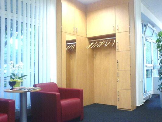 Wartebereich mit Garderobe und Schließfächer