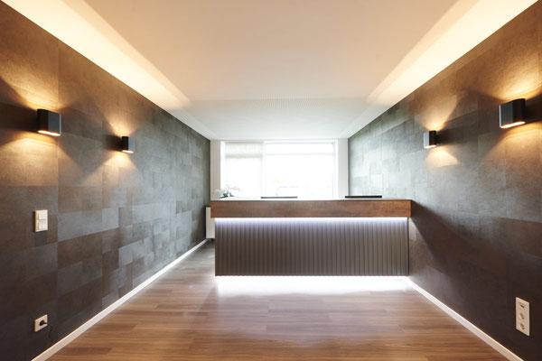 Empfangstresen 2 Arbeitsplätze Tresenoberteil in hochwertiger Betonoptik. Frontseite mit Verleistung und LED Beleuchtung. Lieferbar in jeder anderen Abmessung, Ausführung und Farbkombination möglich.