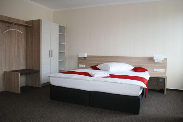 Ausstattung einer Reha-Einrichtung mit Doppelbett // Oberflächen: Struktureiche in Kombination mit Sandbeige // Lieferbar in jeder anderen Abmessung, Ausführung und Oberfläche