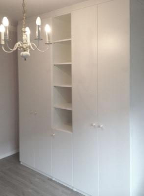 Schrank + Bücherteil in Weiß Lack