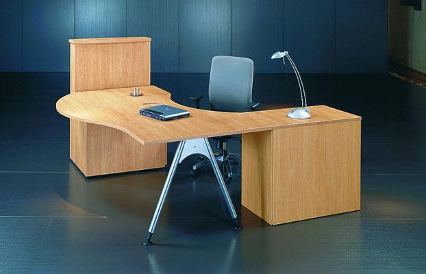 Schreibtischanlage Freiform mit Besprechungsansatz und Steh-Point