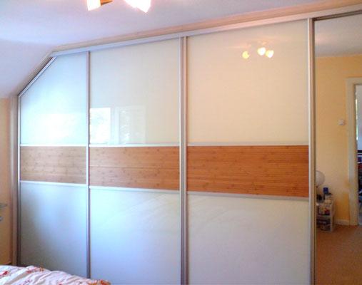 Gleittürschlafzimmerschrank mit seitlicher Schräge