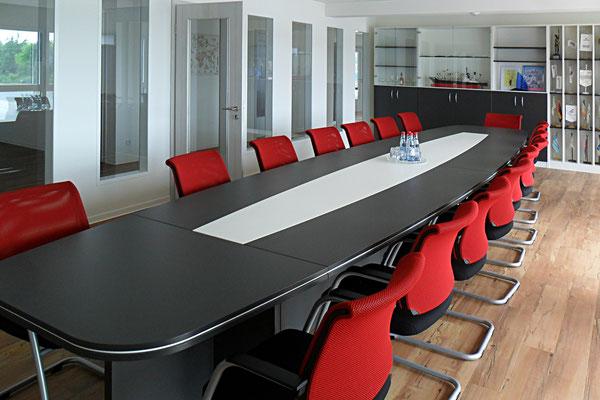 Konferenzraumgestaltung  mit Konferenztisch für20-24 Personen mit Konferenzsessel (Freischwinger) - Lieferbar in jeder anderen Abmessung, Ausführung und Oberfläche