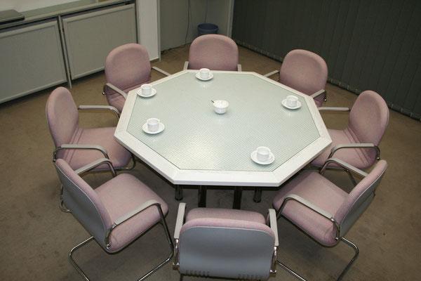 8-Eck Tisch mit Drahtglaseinlage