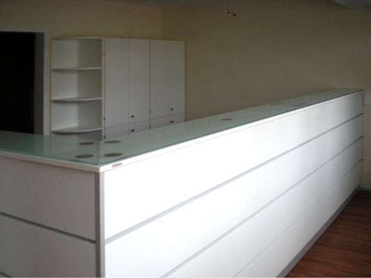 Verkaufstresen – weiß – mit Silberstreifen und Glasdeckplatte