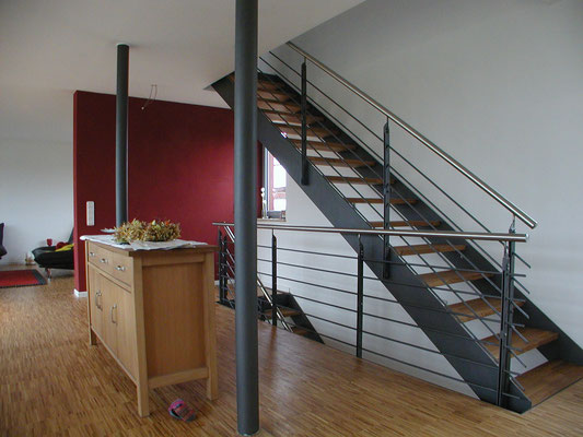 Effizienzhaus Obernbreit- Detail Stahltreppe im 1. Obergeschoss