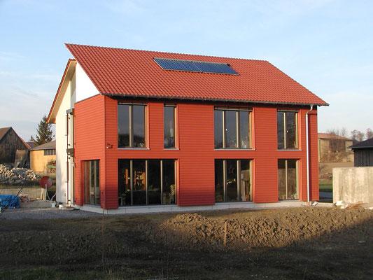Plusenergie-/Passivhaus Willanzheim - Süd-Ansicht mit Holzsteg