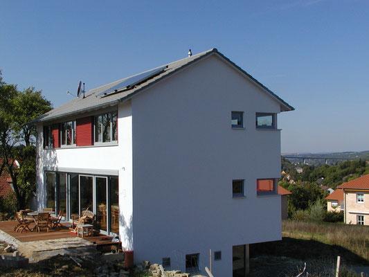 Effizienzhaus Obernbreit- Ost-Ansicht mit Blick auf die Holzterrasse