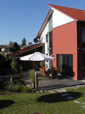 Plusenergie-/Passivhaus Willanzheim - Südwest-Ansicht mit Holzterrasse