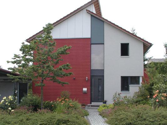 Plusenergie-/Passivhaus Willanzheim - Ost-Ansicht mit Blick auf den Eingang
